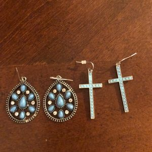 Set of 2 turquoise earrings.